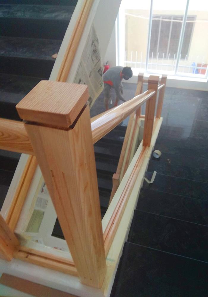 Trụ con vuông nguyên khối gỗ sồi gắn kết tay vịn và liền mạch