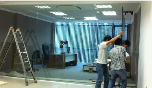 Sản phẩm thi công thiết kế cửa kính cường lực vách văn phòng của công ty Tuấn Dũng tại công ty Lock