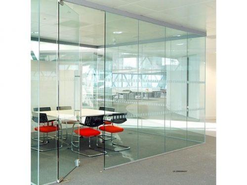 cửa kính lề sàn 1 cánh thiết kế cho văn phòng công ty, kèm theo vách ngăn kính cường lực 12 ly, có thể in dán kèm họa tiết logo, biểu ngữ...