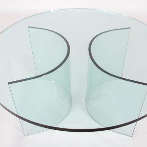 kính uốn cong sử dụng với những thiết kế có độ uốn cong phức tạp, cần đo lường tỷ mĩ vì không chỉnh sửa được.