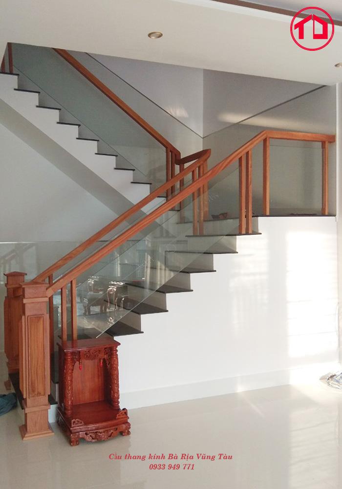 chiếc cầu thang kính tạo nên điểm nhấn đặc biệt, khiến không gian nội thất trở nên sang trọng.