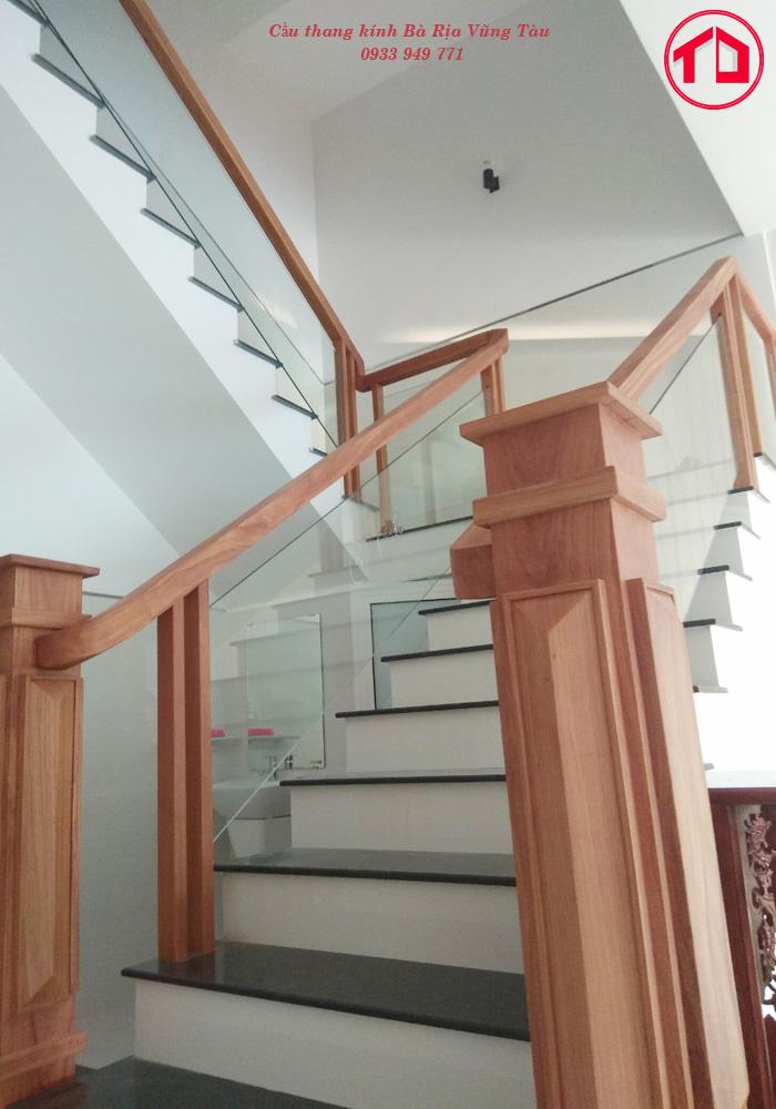 Trụ cái và tay vịn lan can cầu thang được làm từ chất liệu gõ đỏ. Trụ Vuông nguyên khối 200mm*200mm vô cùng mạnh mẽ