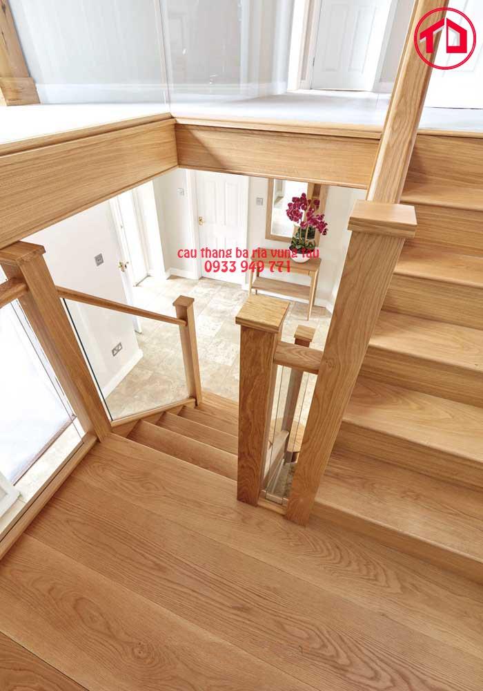 Hai bên má và bậc đều được ốp gỗ và chạy viền vô cùng tinh tế.