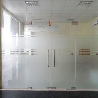 Cửa hai cánh khóa sàn với hai vách cố định hai bên cho diện tích đóng mở lớn, thông thoáng.
