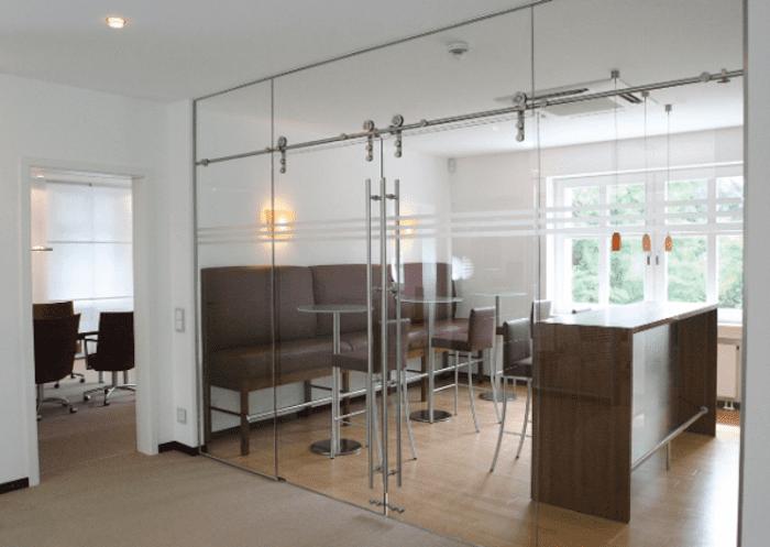 Vách cửa kính văn phòng sử dụng loại cửa kính lùa treo hoặc cửa đóng mở thủy lực bản lề sàn