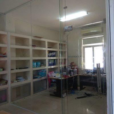 Cửa một cánh bản lề âm sàn thường dùng làm vách ngăn văn phòng.