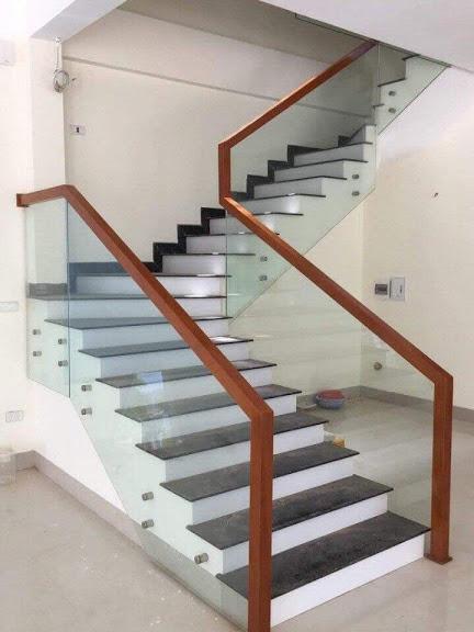sản phẩm cầu thang kính bắt hông được sử dụng rộng rãi giúp không gian bậc được thoáng hơn