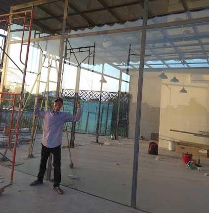Tổng diện tích mặt dựng và mái kính là 120 m2. Thi công hoàn thiện kịp tiến độ trong 4 ngày bàn giao kịp tiến độ.